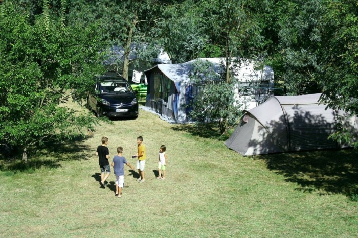 Terrain de camping verdoyant et arboré
