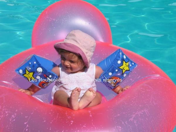 Bébé dans la piscine