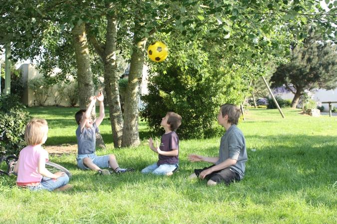 Jeux de ballons dans l herbe tranquilles dans la nature