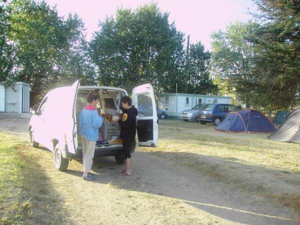 Pains et croissants chauds au camping