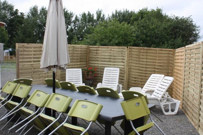 Grande terrasse avec salon de jardin