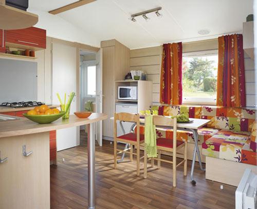 Salon salle à manger et coin cuisine du mobil home les sables d'olonne